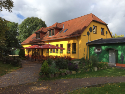 Blick in den Biergarten der Parkgaststaette Laucha