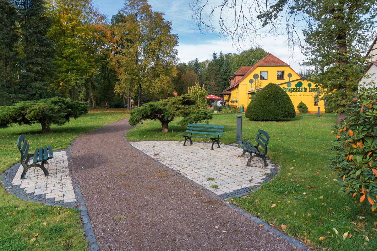 Park Laucha - Sitzgelegenheiten - Blick Richtung Parkgaststätte