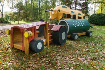 Park Laucha - Spielplatz mit großer Kuh und Traktor