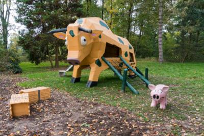 Park Laucha - Spielplatz mit großer Kuh, Heuballen und Schwein