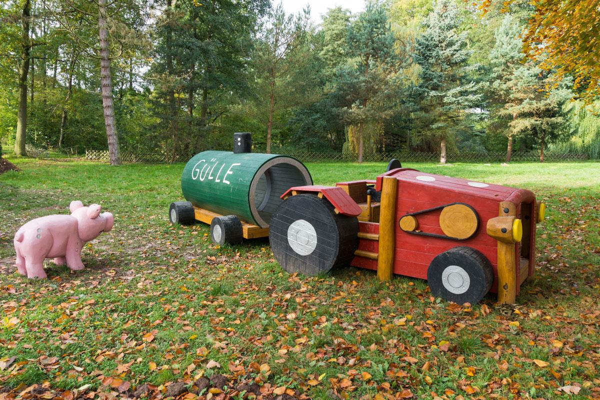 Park Laucha - Spielplatz mit Traktor und Schwein