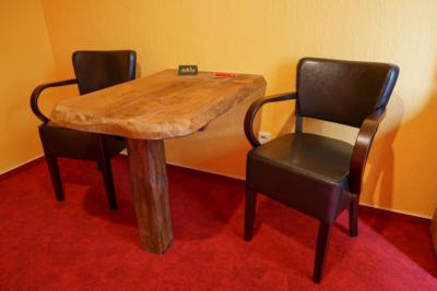 Pension Zimmer Parkgaststaette Laucha Schreibtisch mit Stühlen
