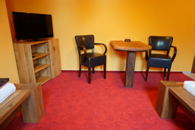 Pension Zimmer Parkgaststaette Laucha mit Flatscreen und Schreibtisch