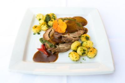 Porchetta aus dem Nacken vom Thüringer Landschwein auf mediterranem Pfannengemüse und Kräutergnocchi