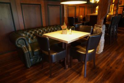 Restaurant & Saal - Parkgaststaette Laucha Blick in den Gastraum mit Ledercouch