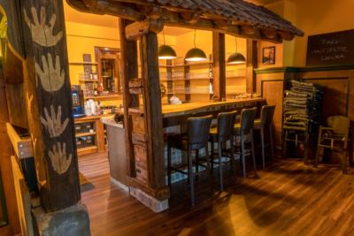 Restaurant & Saal - Parkgaststaette Laucha Blick auf die Bar mit Barhockern