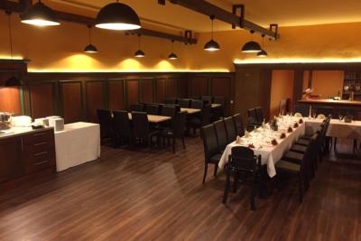 Restaurant Parkgaststaette Laucha Saal mit eingedeckten Tischen