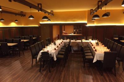 Restaurant & Saal - Parkgaststaette Laucha Saal mit eingedeckten Tischen