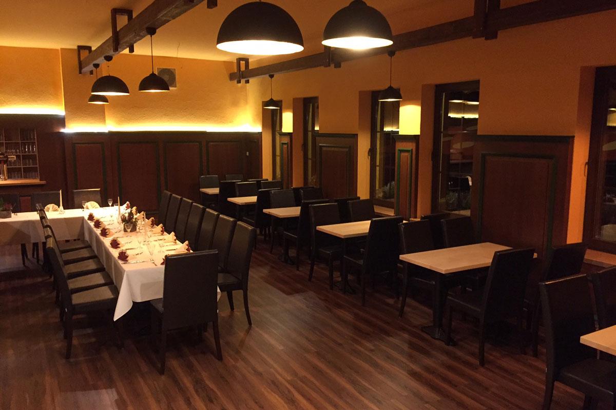 Restaurant & Saal - Parkgaststätte Laucha Saal mit eingedeckten Tischen