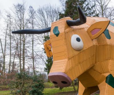 Park Laucha - Spielplatz mit großer Kuh