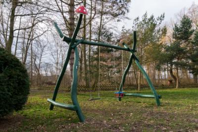 Park Laucha - Spielplatz mit Schaukel