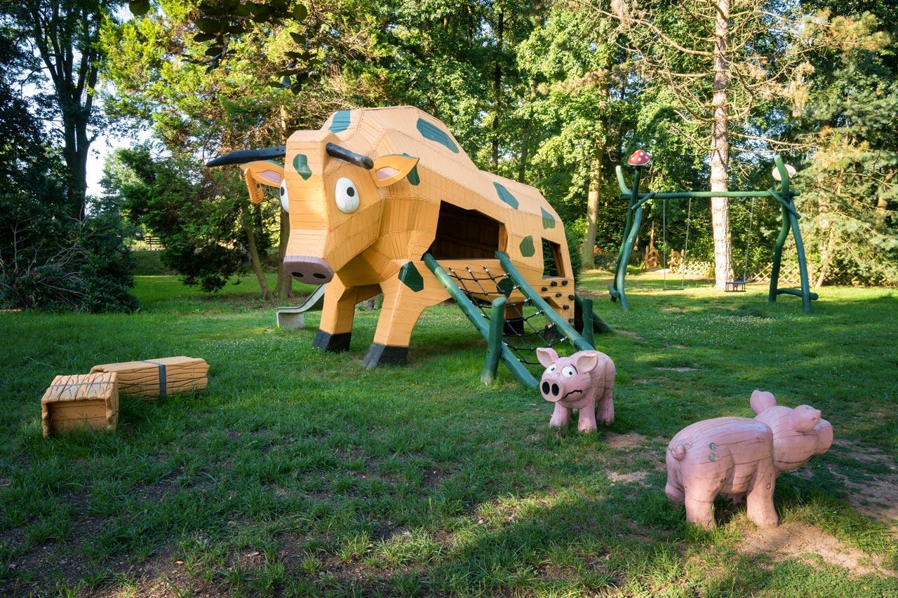 Park Laucha - Spielplatz mit großer Kuh Heuballen und Schwein