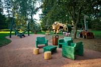 Park Laucha - Spielplatz mit großer Kuh direkt neben der Parkgaststätte