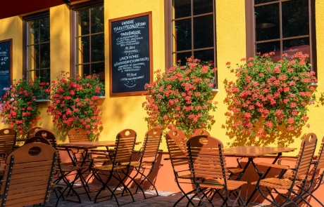Biergarten im Sommer mit Blumen